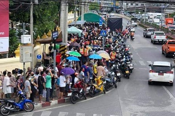 Bangkok temple ordered to stop handouts due to huge queues, State of Emergency