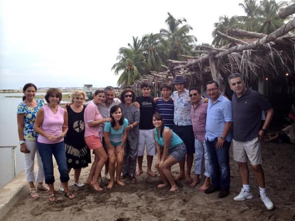 Isabel Aguilera subió esta fotografía a su cuenta de twitter en la que están festejando el cumpleaños del ex gobernador, Juan Sabines.