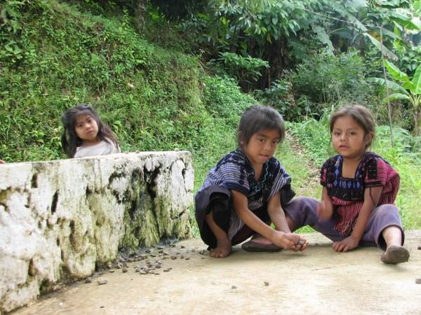 Niños indígenas tsotsiles desplazados del ejido Puebal en Acteal, Chenalhó. Foto: Chiapas PARALELO