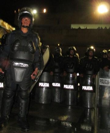 Policías fueron avanzando en la plaza central hasta rodearla. Foto: Sandra de los Santos/ Chiapas PARALELO.