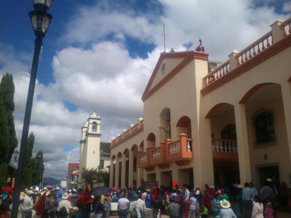 Padres de familia, maestros y alumnos tomaron la presidencia municipal en Las Margaritas. Foto @ramirovelt/Chiapas PARALELO
