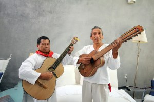 Don Cecilio Hernández en la guitarra y Benito Aquino en la jarana