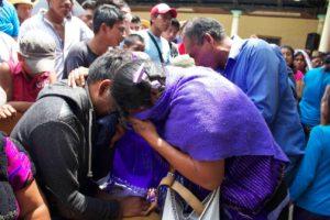 Mujeres lloran en el funeral de uno de los fallecidos. Foto: Movimiento Pedrano de Chenalhó.