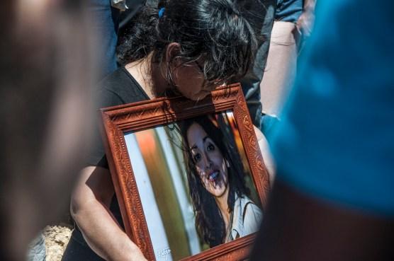 Mirtha Luz Pérez, sostiene hasta el último momento la foto de su hija. Foto: Alejandro Tello