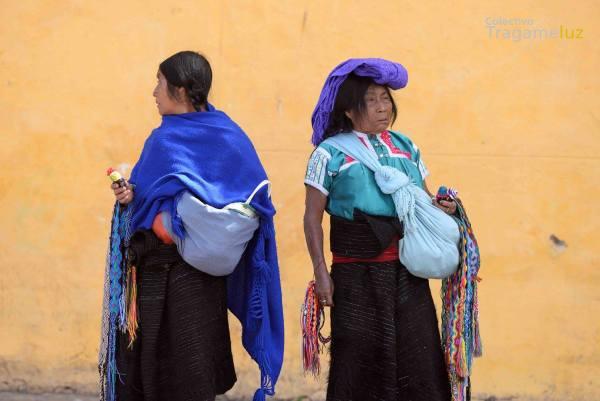 Mujeres comerciantes en la plaza de catedral mientras el mitin en contra de los feminicidios se lleva a cabo.