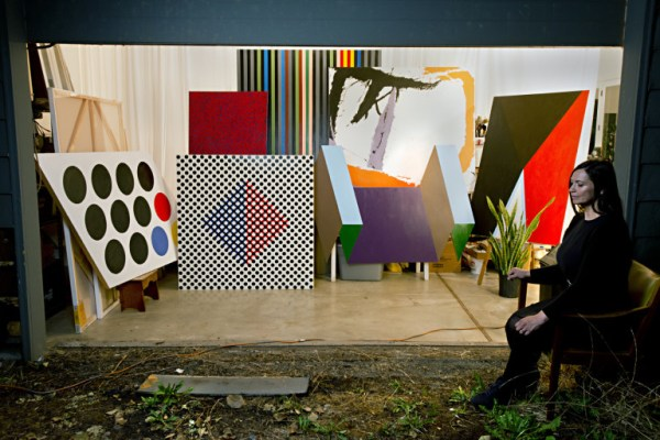 La artista Johanna Barron con una selección donde recrea las obras de artes usadas en los vestíbulos de la CIA (2015) (FOTO: James Rexroad)