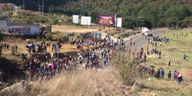 Tras desalojo, se enfrentan maestros y policías en San Cristóbal de las Casas (1)