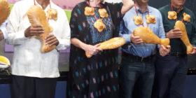 La doctora Novelo recibiendo el reconocimiento de Comala por su trabajo en pro de las artesanías mexicanas.
