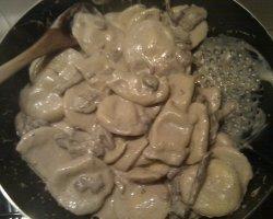 ravioli ai funghi serviti a tavola