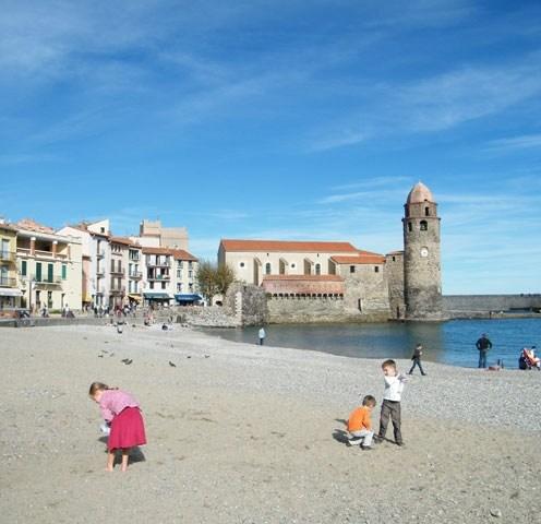Le clocher de Collioure avec sa grande plage de galets.