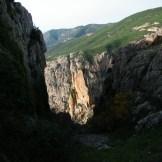 Au centre on distingue un drôle de rocher pointu.