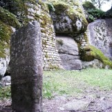 Le château de Capula et son menhir.