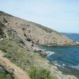 Le sentier suit la côte. À droite les îles de Finochjarola