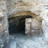 Des petites grottes sont présentes dans la falaise.
