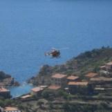 Un hélicoptère au dessus de Girolata
