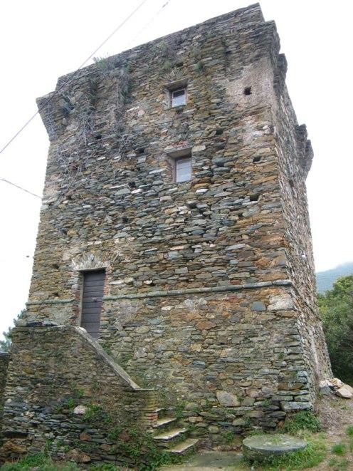 Une tour carrée au hameau de Vicaja