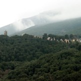 Au loin, le couvent Saint-Antoine