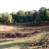 Au fond on aperçoit les fondations de l'ancienne route
