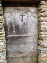 Une jolie porte sur une vieille maison