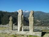Les trois statues-menhirs devant l'église