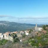 Le village de A Pieve est comme posé sur la montagne