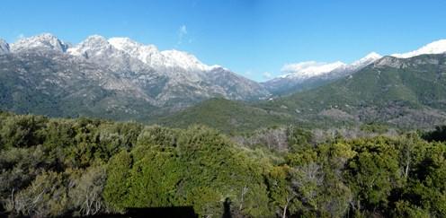 La vue vers le nord. Au centre, le col de Vizzavona