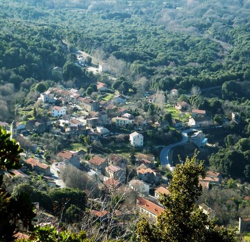 Vue sur le village de Tavera depuis la chapelle
