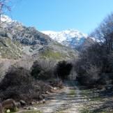 On suit la piste en direction des monts enneigés