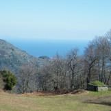 Puis on arrive dans une plaine offrant une vue sur la mer. A gauche on aperçoit une des îles italiennes