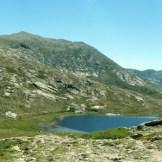 Le lac de Nino au milieu d'un cirque de montagnes