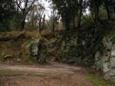 La route est taillée dans la roche
