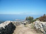 Le chemin part du village entre deux murets