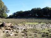 Le site est en haut de cette colline