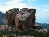 La couleur des rochers est étrange