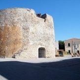 Une ancienne tour sans remparts