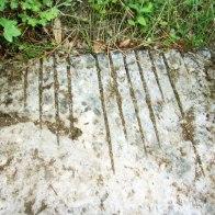 Une plaque de marbre portant des traces de découpes