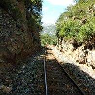 On longe la voie de chemin de fer