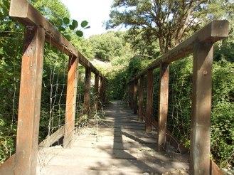 On passe par un petit pont de bois