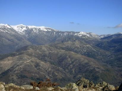 Vue sur les sommets enneigés