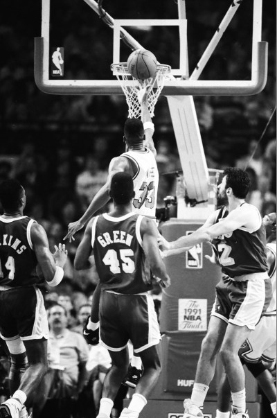 Scottie Pippen going for a layup with three Lakers defenders around him