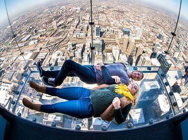 الوقوف على لوحة زجاجية على ارتفاع 103 طوابق
