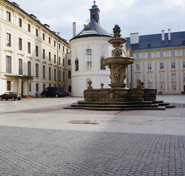 things to do in prague, prague castle courtyard