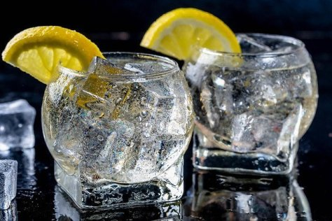 Gin and tonic garnished with lemon
