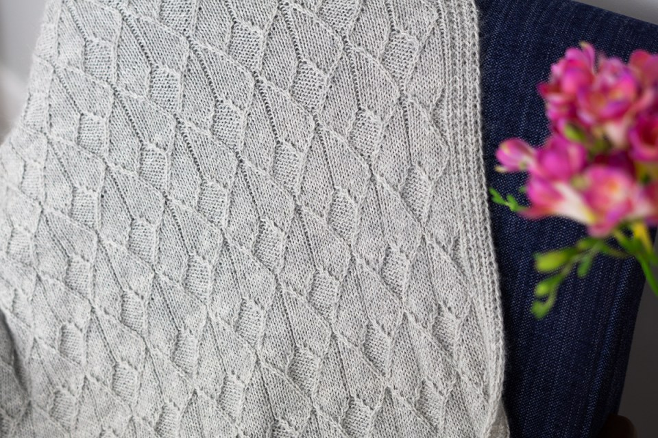 Sérac baby blanket knit is gray alpaca.