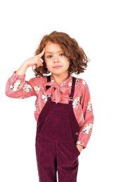 Knot: Landhaus-Chic Blumen-Bluse mit Schleife (20,90 €), Latzhose (23,20 €) www.knotkids.com