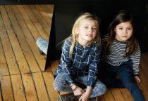 KidsCase: Gestreiftes Doppel Kariertes Hemdkleid (69,95 €), Leggings aus Bio-Baumwolle (27,50 €) Strickpullover (65 €), Sporthose (50 €) www.kidscase.com