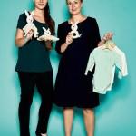 Bianca Lippmann und Jessica Gießelmann, Produktmanager von Grünspecht Naturprodukte, mit GOTS Spielzeugserie (Schmusetuch, Leinsamkissen, Rassel) und GOTS-Bodys