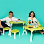 """Vernon Chen und Cindy Goh, Designer  von Oribel, mit """"PortaPlay"""" Convertible Activity Center"""