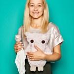 """Katarzyna Mitas, Inhaberin von Maylily, mit """"Snuggle Owl"""" und """"Cuddly Owl"""""""