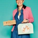 Ruth Langhans von Kuk Company mit Schlafsack und Koffer von Fresk